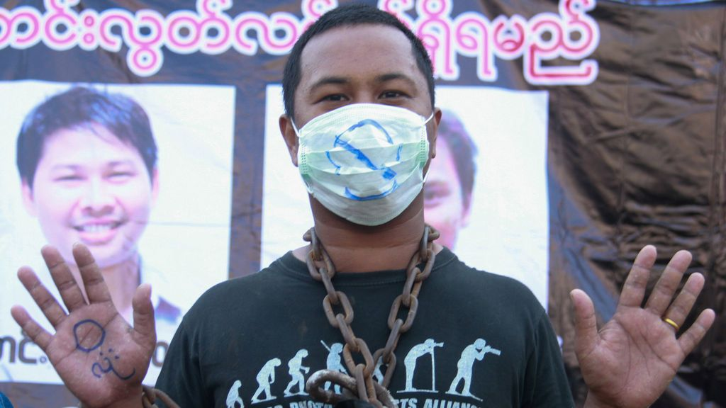 Un periodista protesta para exigir la liberación del periodista de Reuters Wa Lone y Kyaw Soe Oo en Pyay, en el centro de Myanmar