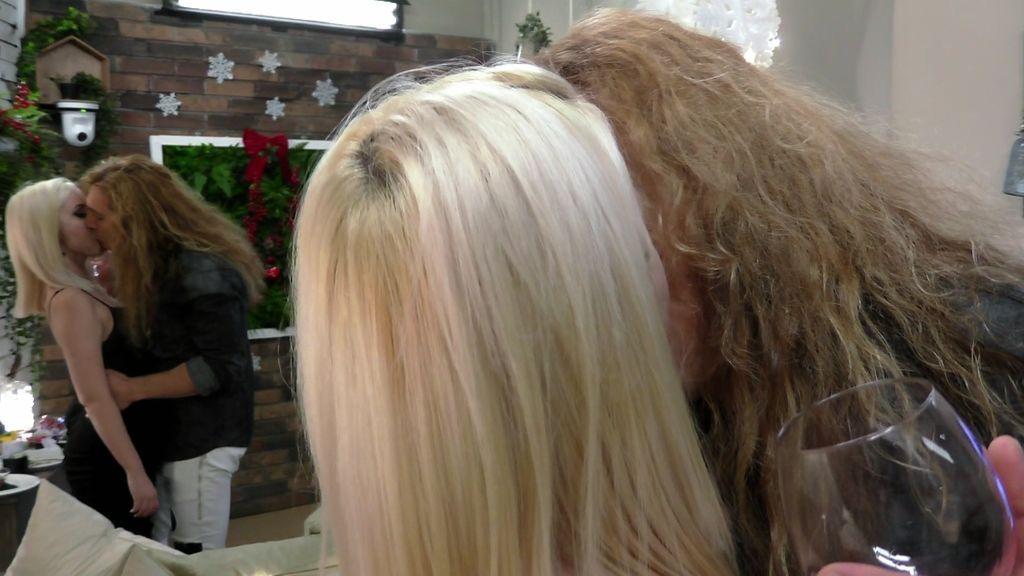 ¿Habemus pareja? Margot y Randy desatan su pasión con un beso rockero