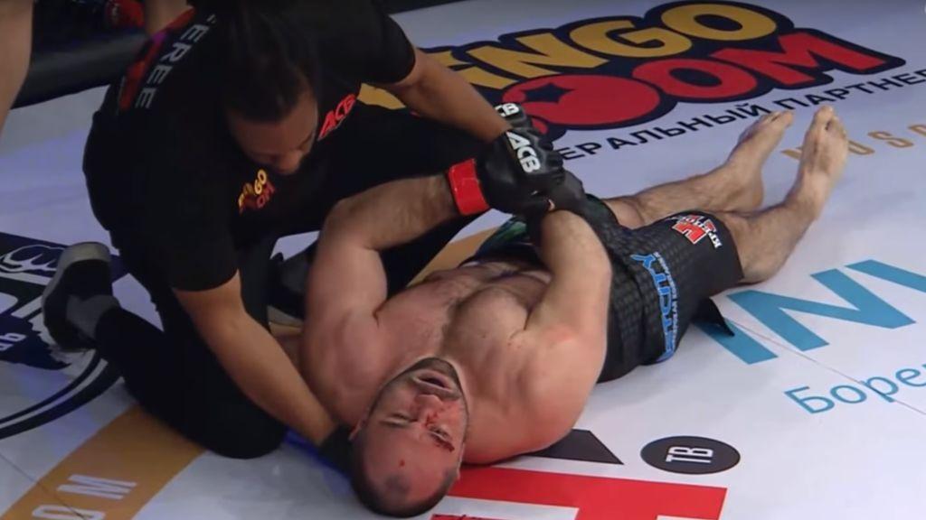 Los médicos tienen que atender  a un luchador de MMA inconsciente tras un brutal nocaut