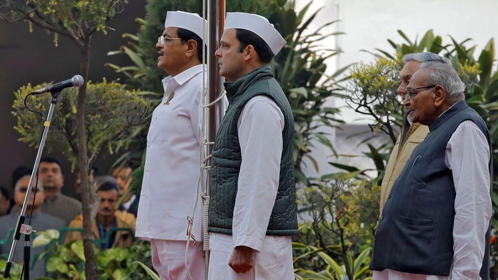 Rahul Gandhi (C), presidente del principal partido opositor del Congreso de la India, se mantiene firme después de izar la bandera del partido en su 133 ° Día de Fundación en la sede del partido en Nueva Delhi, India