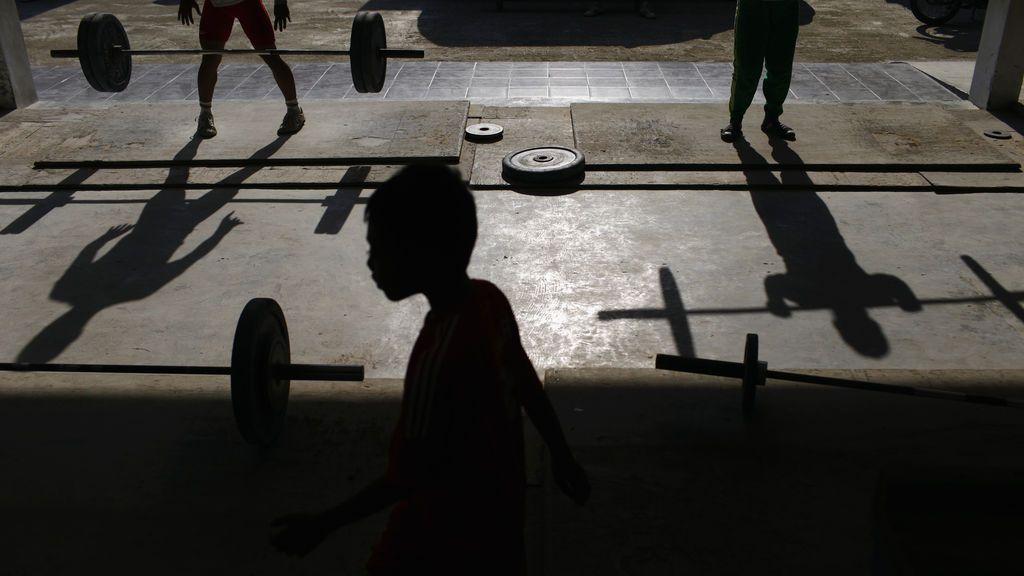 Sí, los niños también pueden practicar halterofilia y éstos son sus seis beneficios