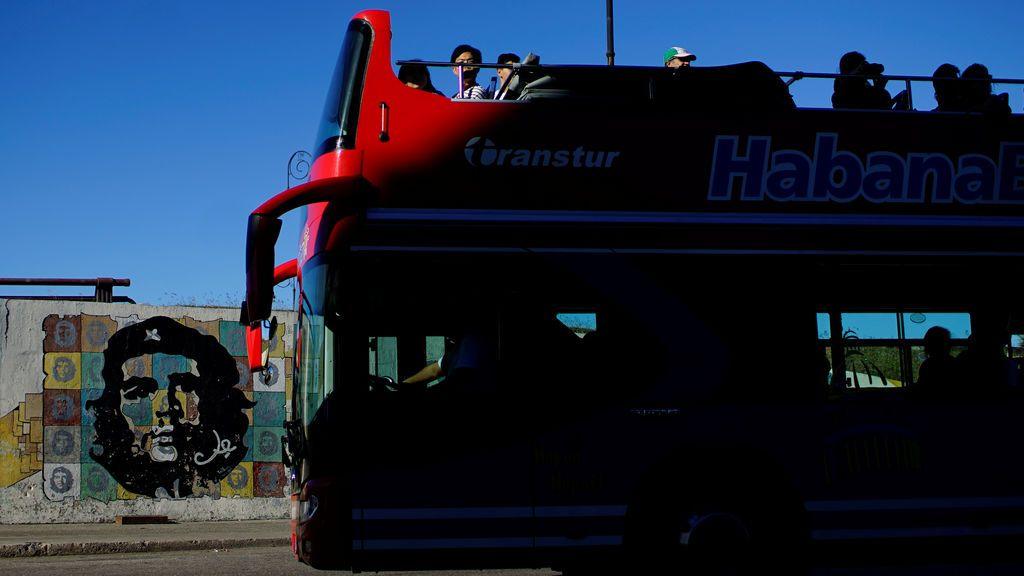 Los turistas viajan en un autobús de dos pisos en La Habana, Cuba