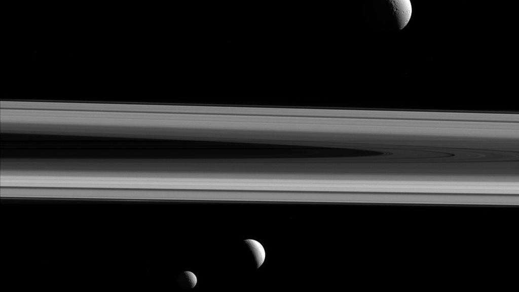 Tres de las lunas de Saturno, Tetis, Encelado y Mimas