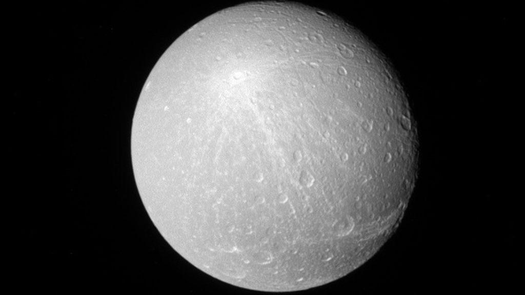 Dione, una de las lunas de  Saturno