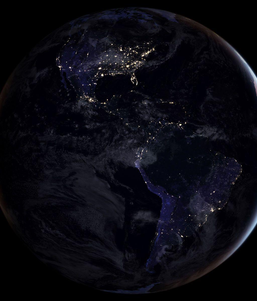 Una imagen compuesta lanzada por la NASA que muestra el hemisferio occidental completo por la noche