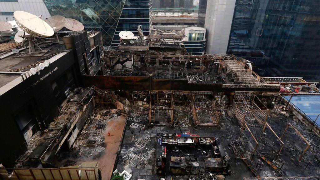 Una vista general de los restaurantes destruidos en un incendio en Mumbai, India