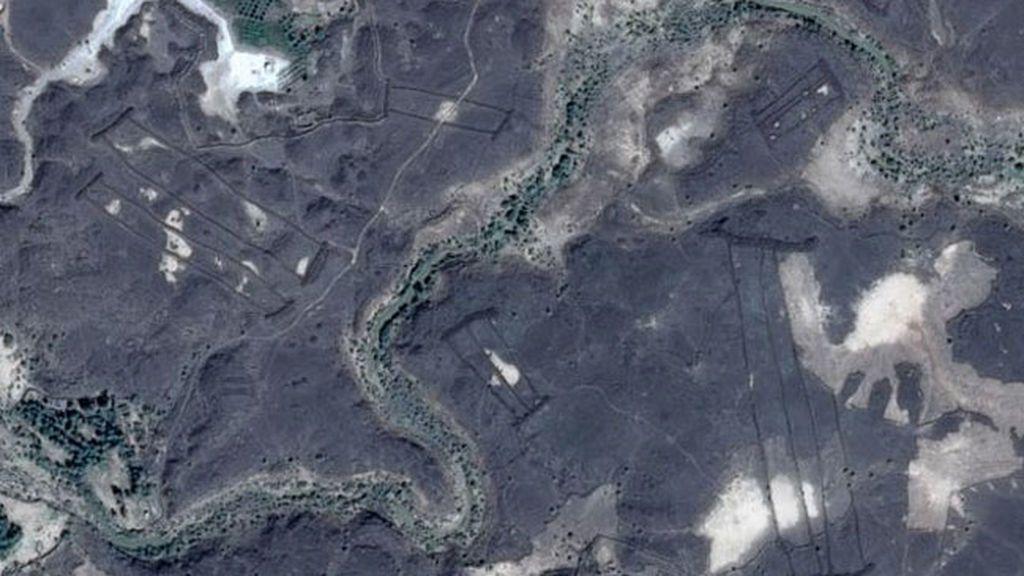 Estructuras de piedra que parecen puertas y que fueron descubiertas en Arabia Saudita