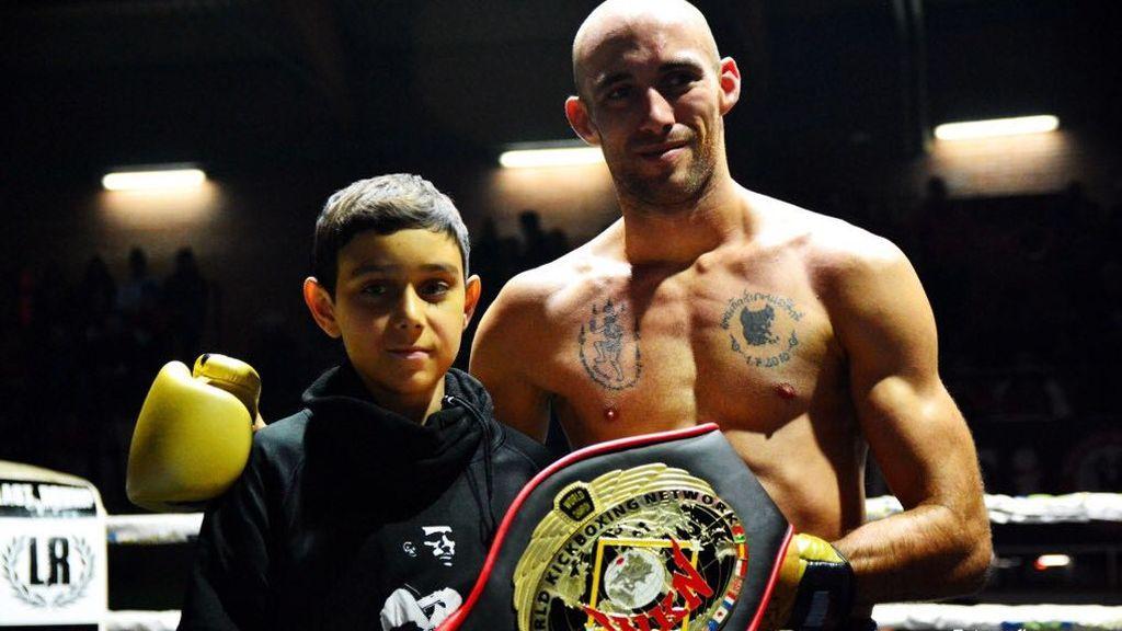 Carlos Coello, el campeón de Muay Thai que regaló su cinturón a un niño de 13 años