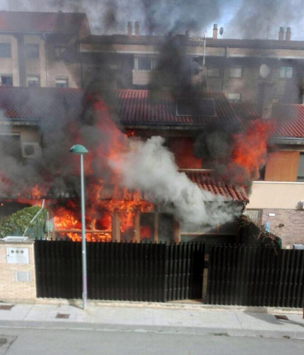 Doce personas, evacuadas por un incendio en una urbanización de chalets en Navarra