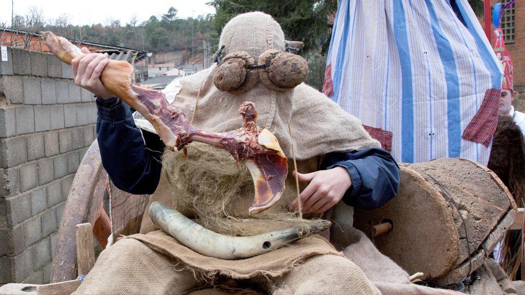 Personajes estrafalarios dan bienvenida el año nuevo en mascaradas de Zamora