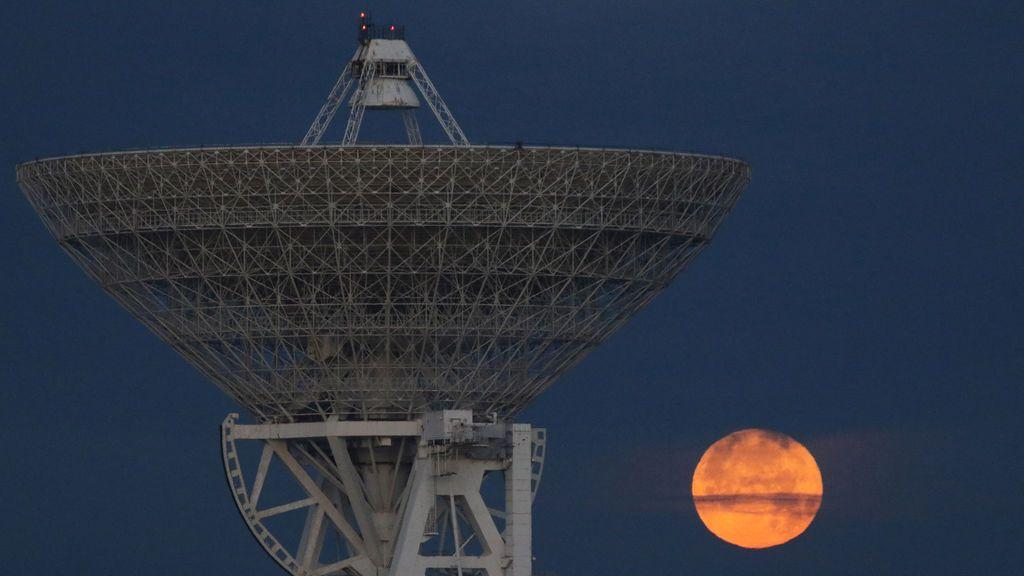 """Una luna llena """"supermoon"""" se establece sobre el radiotelescopio RT-70 en la aldea de Molochnoye, Crimea"""