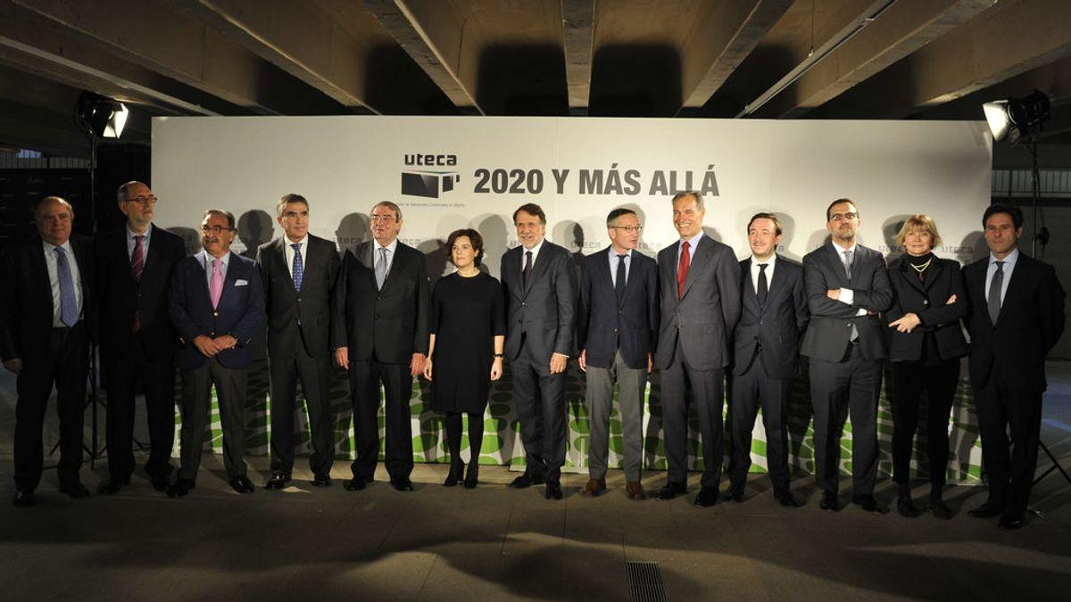 De izquierda a derecha, José Mª Mas (Trece), Andrés Armas (director general de Uteca), Blas Herrero (Kiss), Iñaki Arechabaleta (Vocento), Alejandro Echevarría (presidente de Mediaset), Soraya Sáenz de Santamaría (vicepresidenta del Gobierno), José Crehueras (Atresmedia), José Mª Lassalle (secretario de Estado para la Sociedad de la Información y la Agenda Digital), Silvio González (Atresmedia), Pablo Jimeno (Secuoya), Enrique Blanco (Net), Stefania Bedogni (Unidad Editorial) y Mario Rodríguez Valderas (Mediaset), en la Jornada Anual de Uteca 2017.