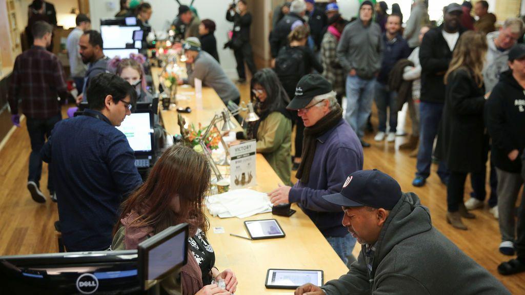 Colas en las tiendas para comprar marihuana legal en California