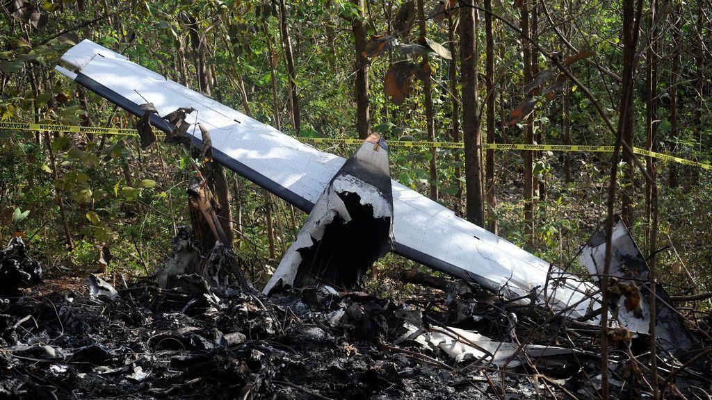 Se ven pedazos de un avión quemado en el sitio donde se estrelló el avión en la zona montañosa de Punta Islita, en la provincia de Guanacaste, Costa Rica