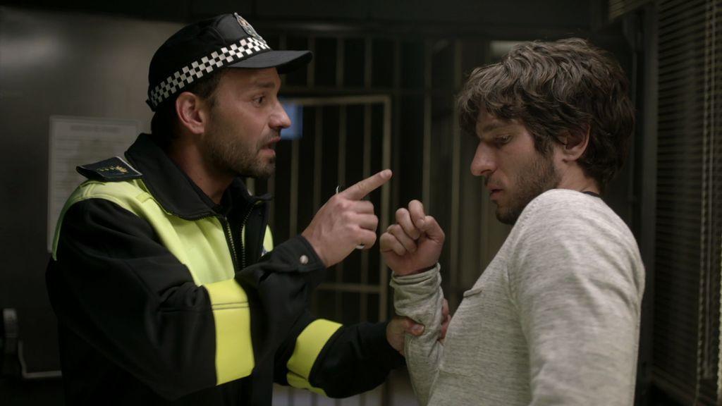 José, muy borracho, intenta contar la verdad a Lucía y acaba detenido