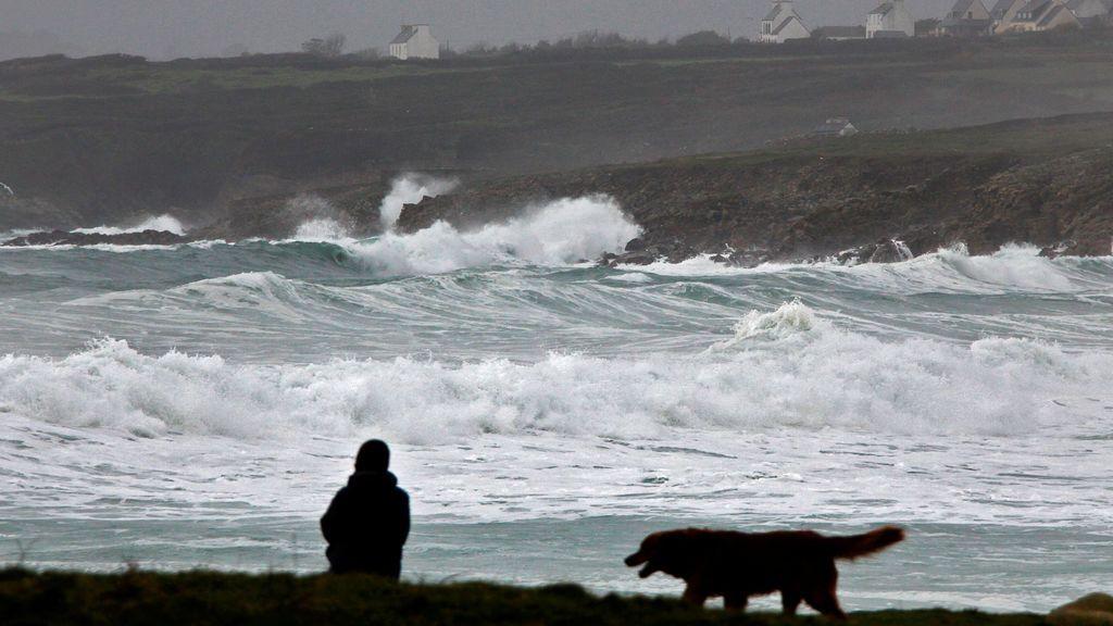 Las olas rompen en la costa de Bretaña cuando la tormenta Eleanor se acerca a Esquibien, Francia