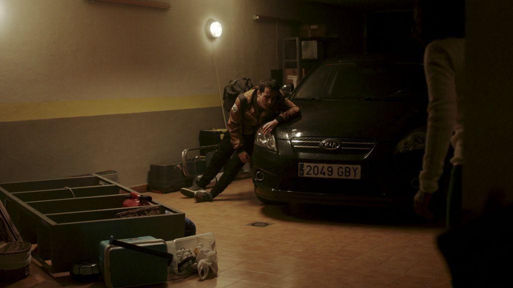 Lucas aparece en el garaje de Lucía herido de bala y con el cargamento en su poder