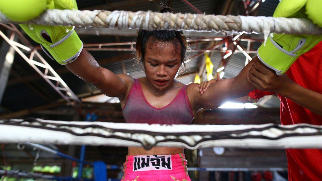 Una boxeadora transexual desafía a una pelea a un campeón francés