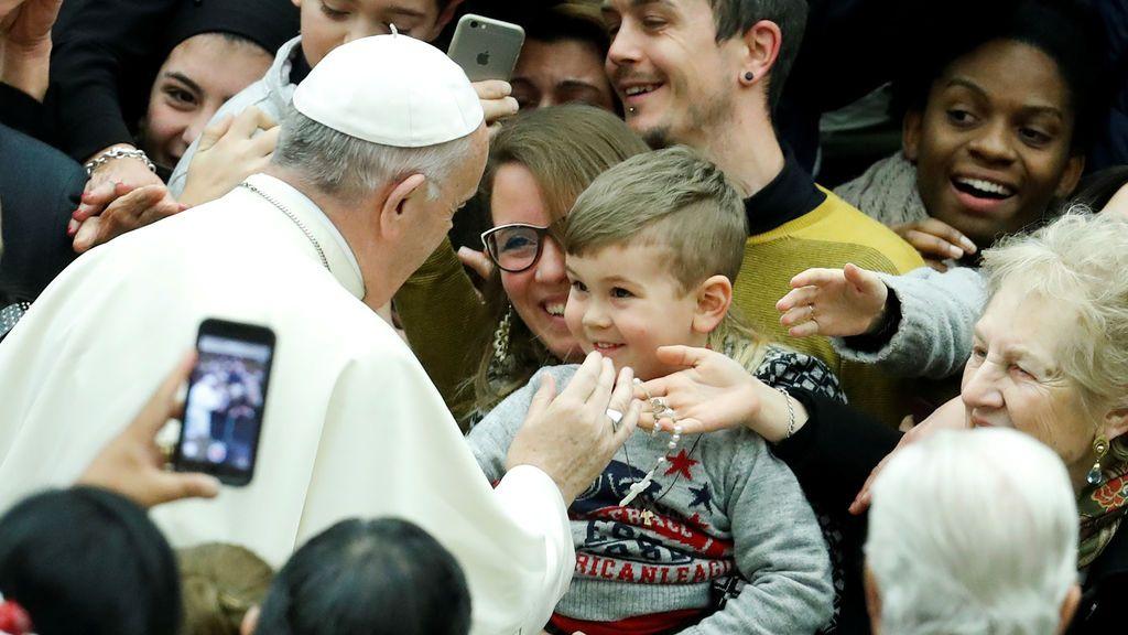 El Papa Francisco bendice a un niño cuando llega para dirigir su audiencia general del miércoles en la sala Pablo VI en el Vaticano