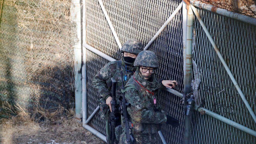 Soldados surcoreanos cierran la puerta cerca de la zona desmilitarizada que separa las dos Coreas en Paju, Corea del Sur