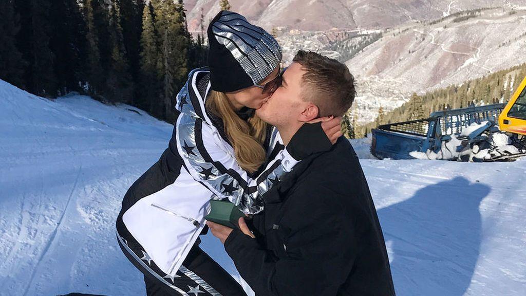 De rodillas y con diamante de dos millones:  la romántica pedida de mano de Chris Zylka a Paris Hilton