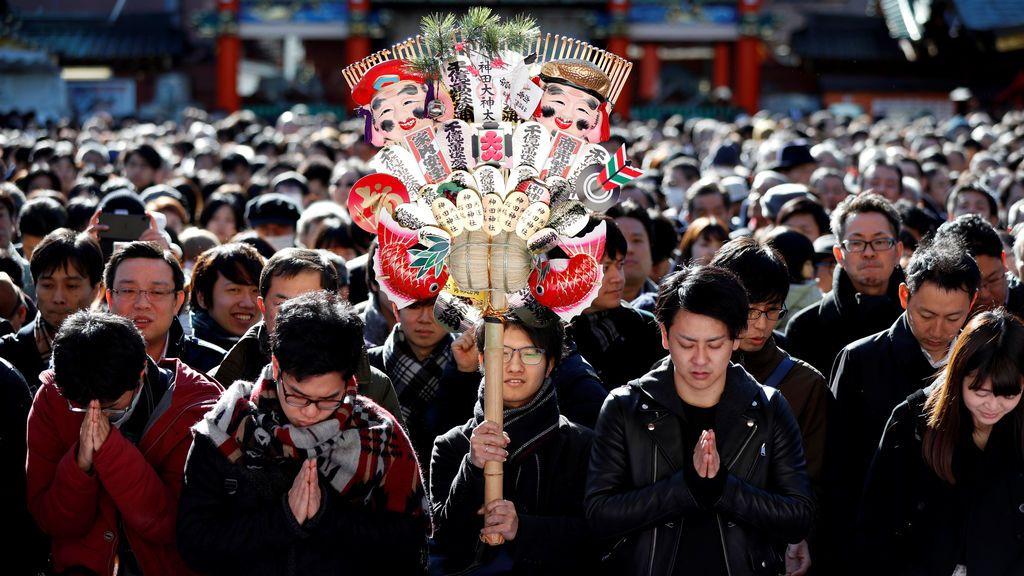 La gente ofrece oraciones el primer día hábil del año en el santuario de Kanda Myojin, conocido por ser frecuentado por fieles que buscan buena suerte y negocios prósperos, en Tokio, Japón