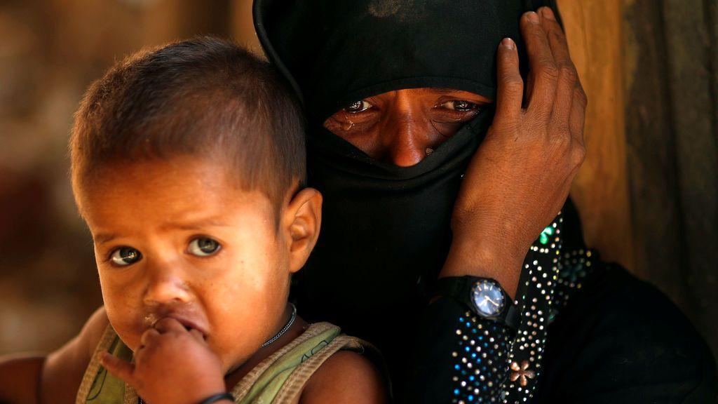 El refugiado Rohingya llora junto a su hijo, frente a una mezquita temporal en el campo de refugiados de Kutupalong, cerca de Cox's Bazar, Bangladesh