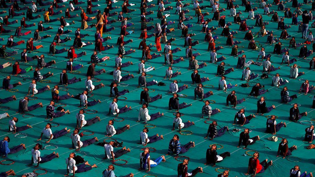 Los escolares asisten a una sesión de yoga en el último día de un campamento de una semana en Ahmedabad, India