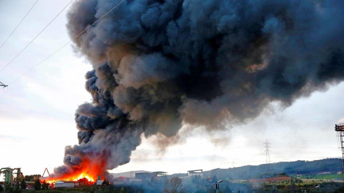 Un incendio en un desguace en Gijón provoca la activación del protocolo medioambiental