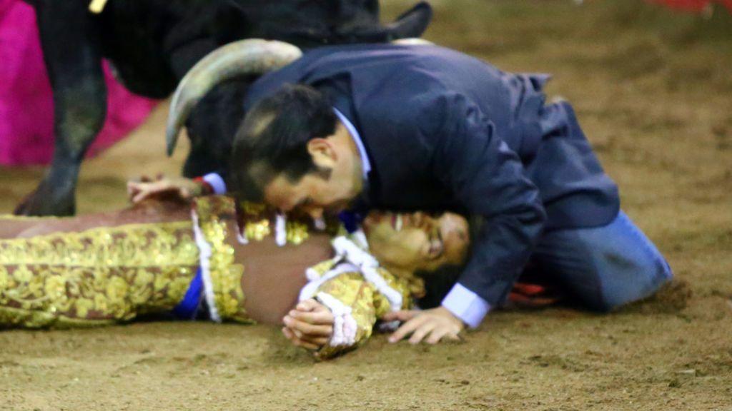 El hermano de un torero salta al ruedo para protegerle de las cornadas tras quedar inconsciente