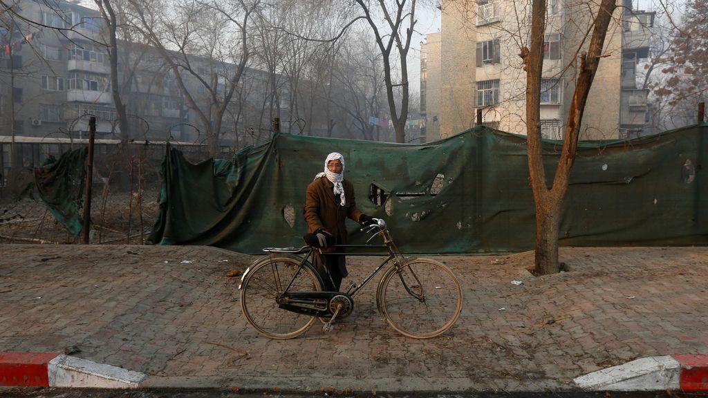 Un hombre afgano pasa por el sitio de un ataque suicida en Kabul, Afganistán