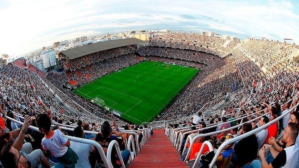 Se cae un portón del estadio de Mestalla dejando una persona herida