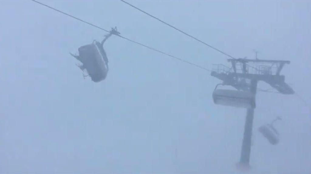 En vídeo: las sorprendentes imágenes de un telesillas azotado por el viento (y con esquiadores incluidos)