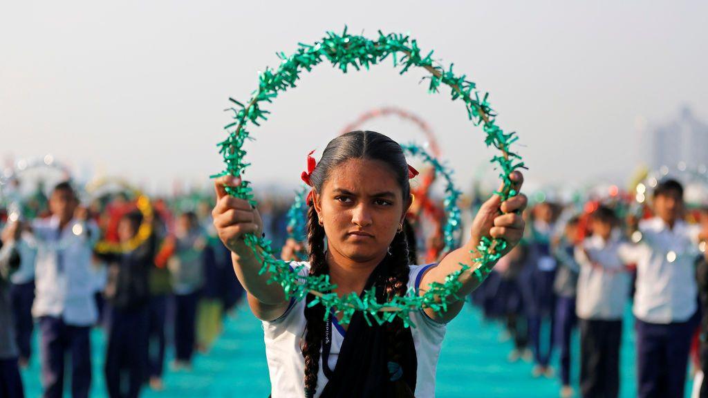 Una niña participa en una sesión de yoga en Ahmedabad, India