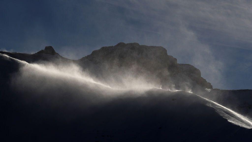 Los fuertes vientos soplan nieve en una cresta en Adelboden, Suiza