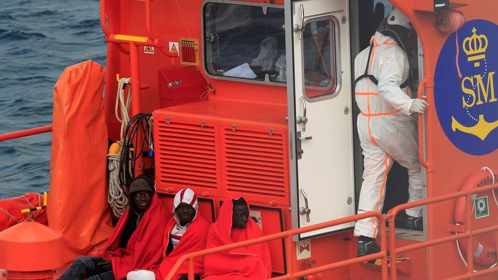 Trasladan a Tarifa a 17 personas, entre ellas un bebé, rescatadas de una patera en aguas del Estrecho