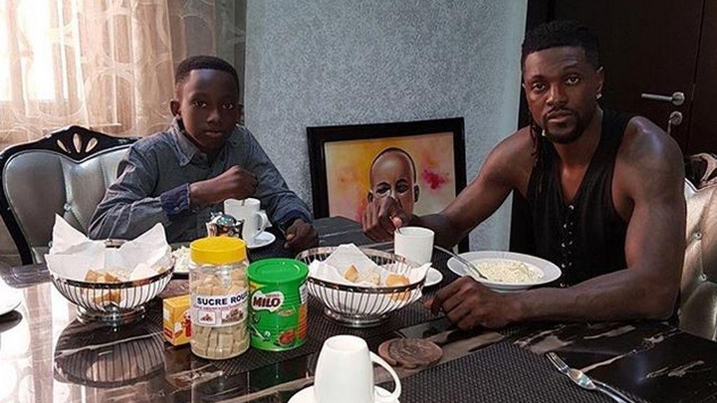 Adebayor adopta al hijo de su hermano fallecido y cambia su nombre
