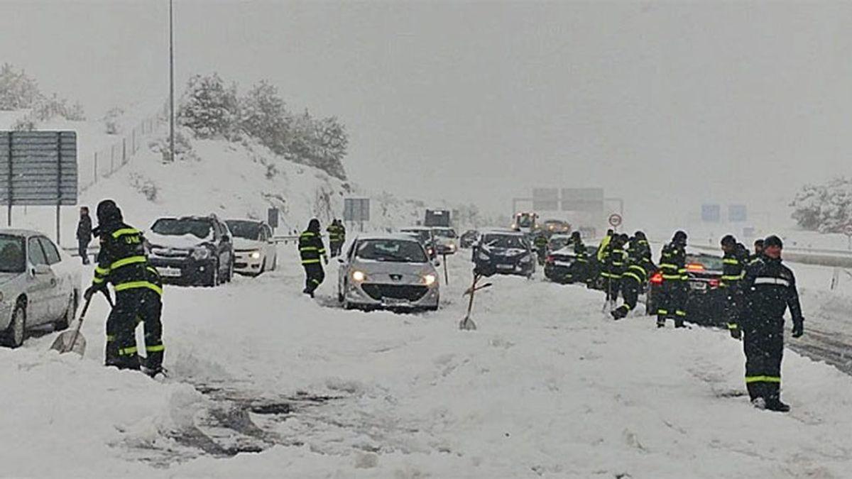 """""""Atrapados, sin agua ni comida"""": decenas de vehículos aislados en la AP-6 por la nieve"""