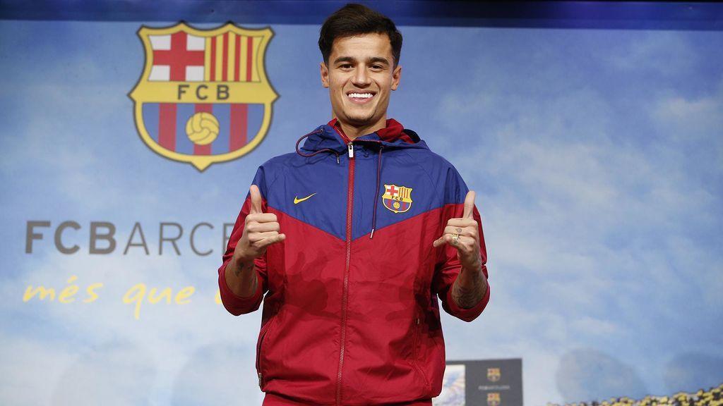 Coutinho posa con el escudo del Barcelona en su 'presentación' tras el fichaje