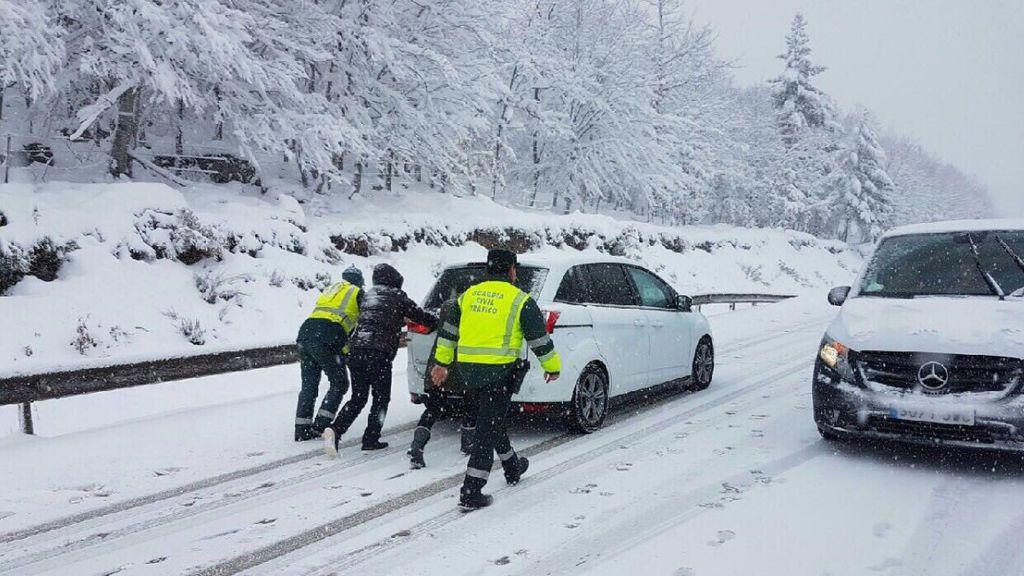 Cortada la Autopista de Navarra (AP-15) tras ceder dos torres de alta tensión