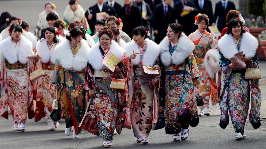 Mujeres japonesas vestidas con kimonos asisten a la ceremonia de celebración del Día de la mayoría de edad en un parque de diversiones en Tokio, Japón