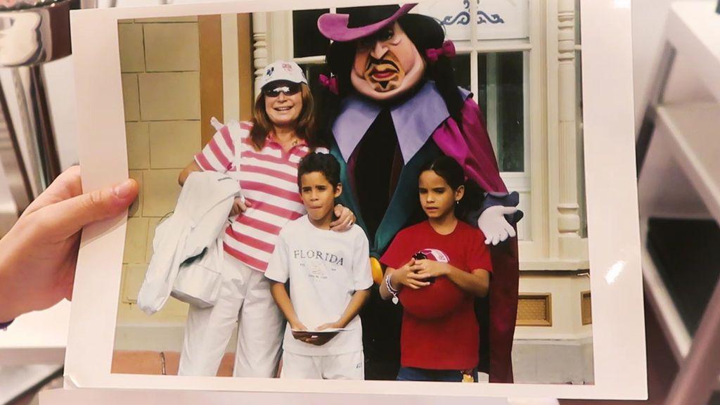 Gloria y Kiko reviven su infancia en fotos: El lado más tierno de Rocío Jurado, sus looks de comunión...(1/2)