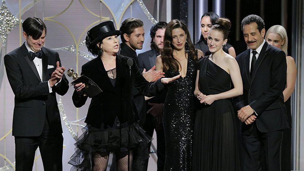 El elenco de 'The marvelous Mrs. Maisel' recibió el premio a mejor comedia o musical en los Globos de oro.