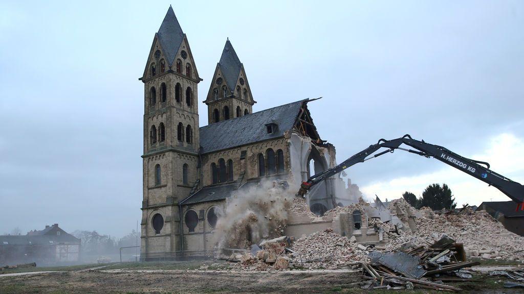 La iglesia de St. Lambertus en el pueblo de Immerath es demolida para la expansión de la cercana mina de carbón del proveedor de energía alemán RWE, en Alemania