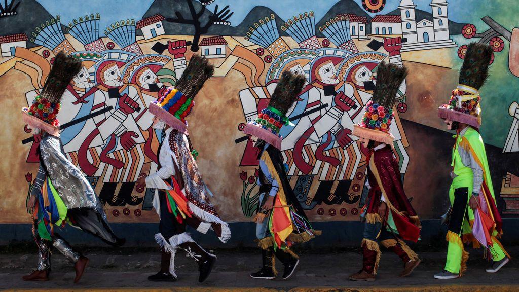 Los bailarines se preparan para participar en la celebración de la fiesta en honor a San Sebastián en Diriamba, Nicaragua