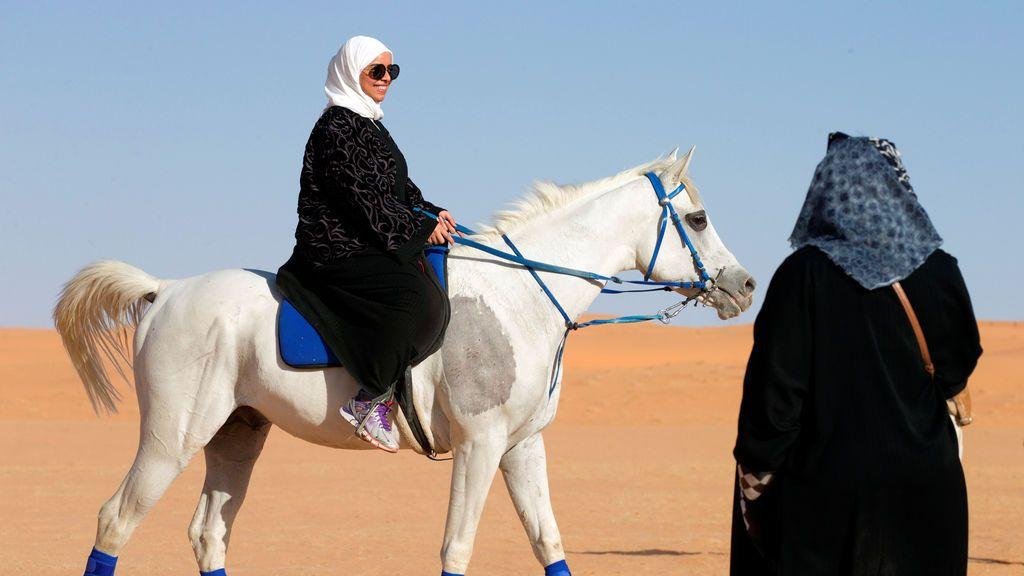 Una mujer monta un caballo en el campamento de la reserva Al Reem, al oeste de Riyadh, Arabia Saudita