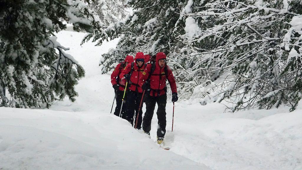 Los voluntarios de Alpine and Speleological Aid escalan una montaña durante un entrenamiento de búsqueda y rescate en Bardonecchia, Italia