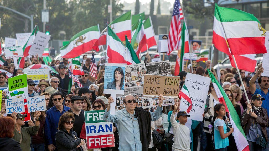 Miles de personas protestan en apoyo de las protestas iraníes contra el gobierno en Los Ángeles, California, EE. UU