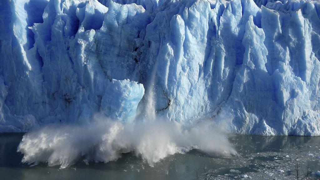 Trozo de hielo desprendiéndose de un glaciar