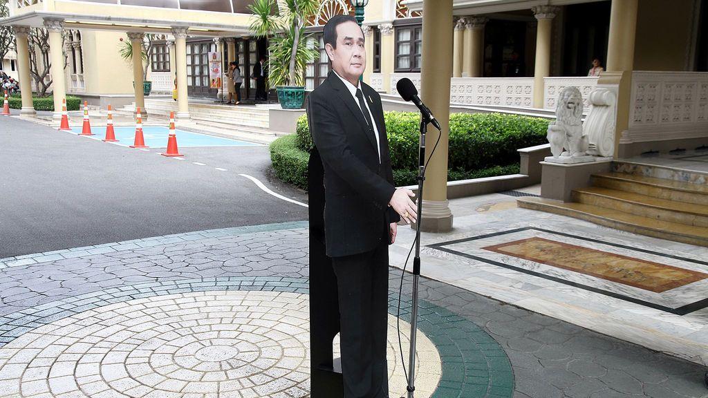 Un recorte de cartón del primer ministro de Tailandia Prayuth Chan-ocha se ve junto a un micrófono después de una conferencia de prensa en la casa del gobierno en Bangkok, Tailandia